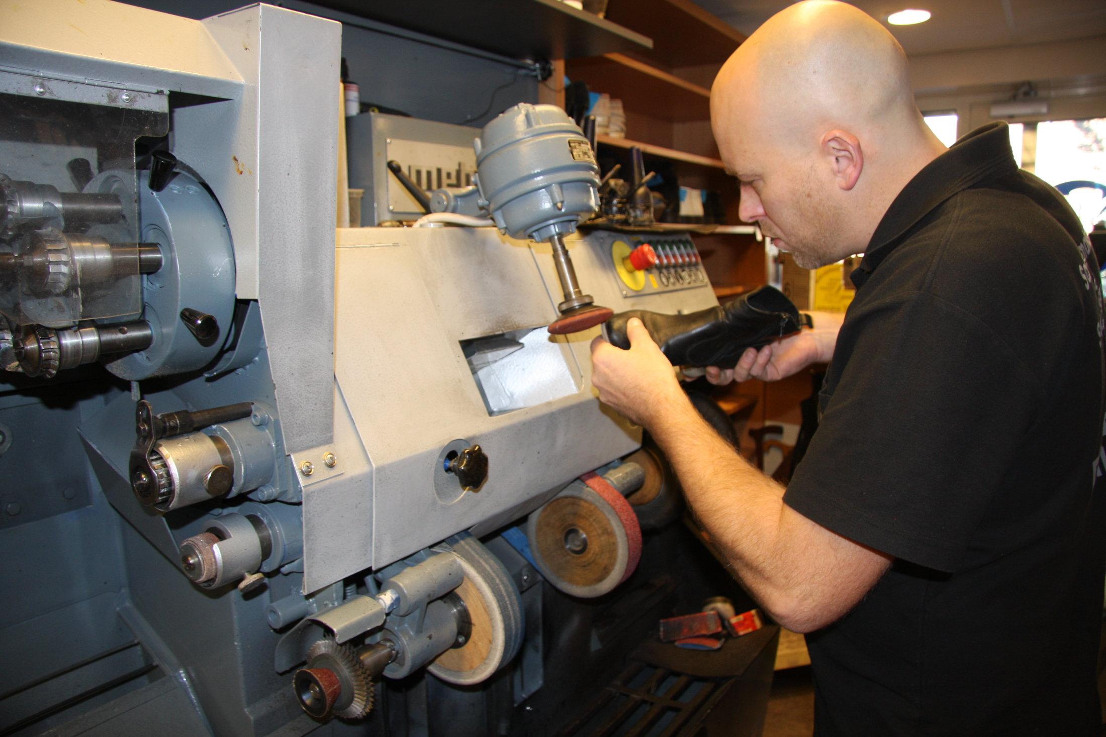 Mark De Klein - Bezig met het repareren van een schoen